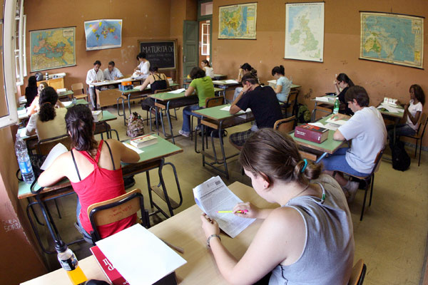 Cagliari, prof ricattava studentess