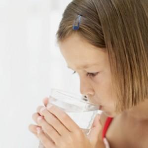 Palermo, beve acqua minerale e si sente male: bimba ricoverata