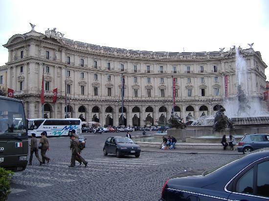 Roma, Turista Australiano Cade dal Quinto Piano