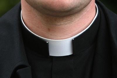 Cosenza, Sacerdote Palpeggia 12enne
