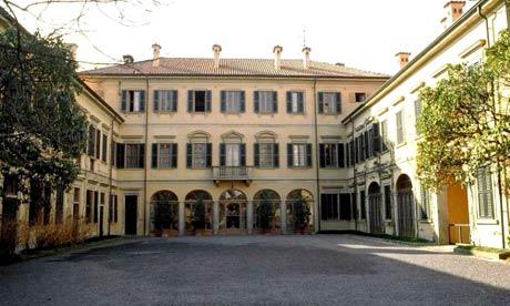 Villa San Martino: 30 si dà fuoco davanti all'entrata