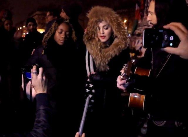 Madonna: concerto estemporaneo a Place de la Repubblique