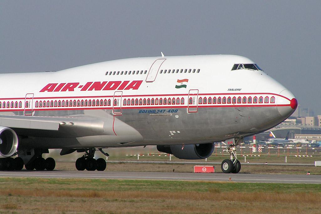 Aereo Air India Inghiotte Tecnico in Pista