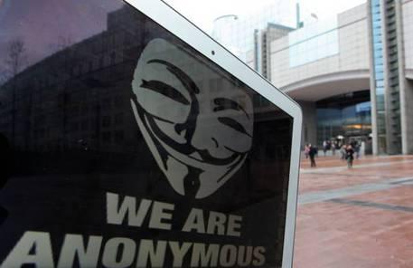 Anonymous attacca profilo Facebook Salvini