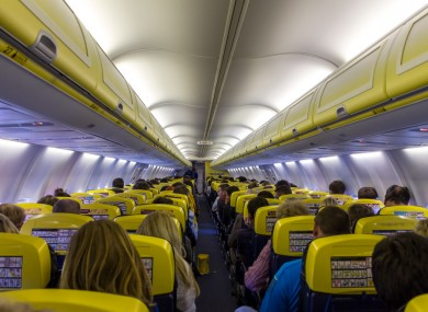 Tè caldo su genitali passeggero: Ryanair condannata