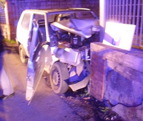 Lucca, Fiat Panda contro muro, muore donna