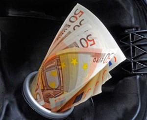 Iva e accise fanno aumentare prezzo benzina in Italia