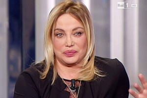Simona Izzo ha viso nuovo per lifting