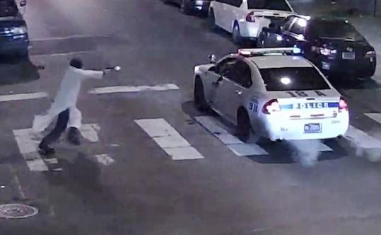 Philadelfia: folle spara 13 colpi contro auto Polizia