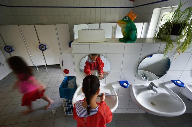 Roma disabile violentato da insegnante nel bagno della - Nel bagno della scuola ...
