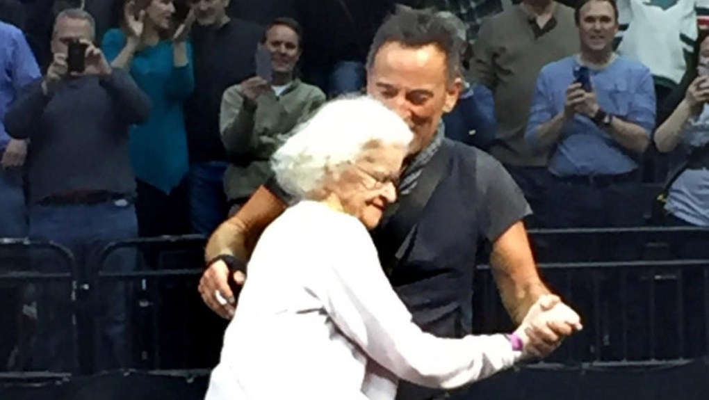 Bruce Springsteen Balla con Anziana Fan a St. Paul