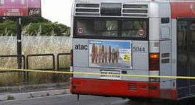 Roma, autobus contro spartitraffico