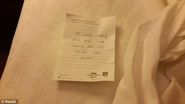 Biglietto inquietante in camera albergo
