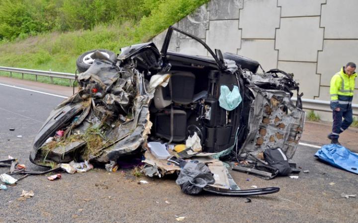 Francia, si addormenta alla guida: auto in burrone