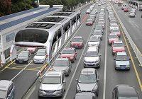 Traffico addio con autobus che viaggia sulle auto