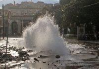 Genova, geyser a Principe: tubo rotto