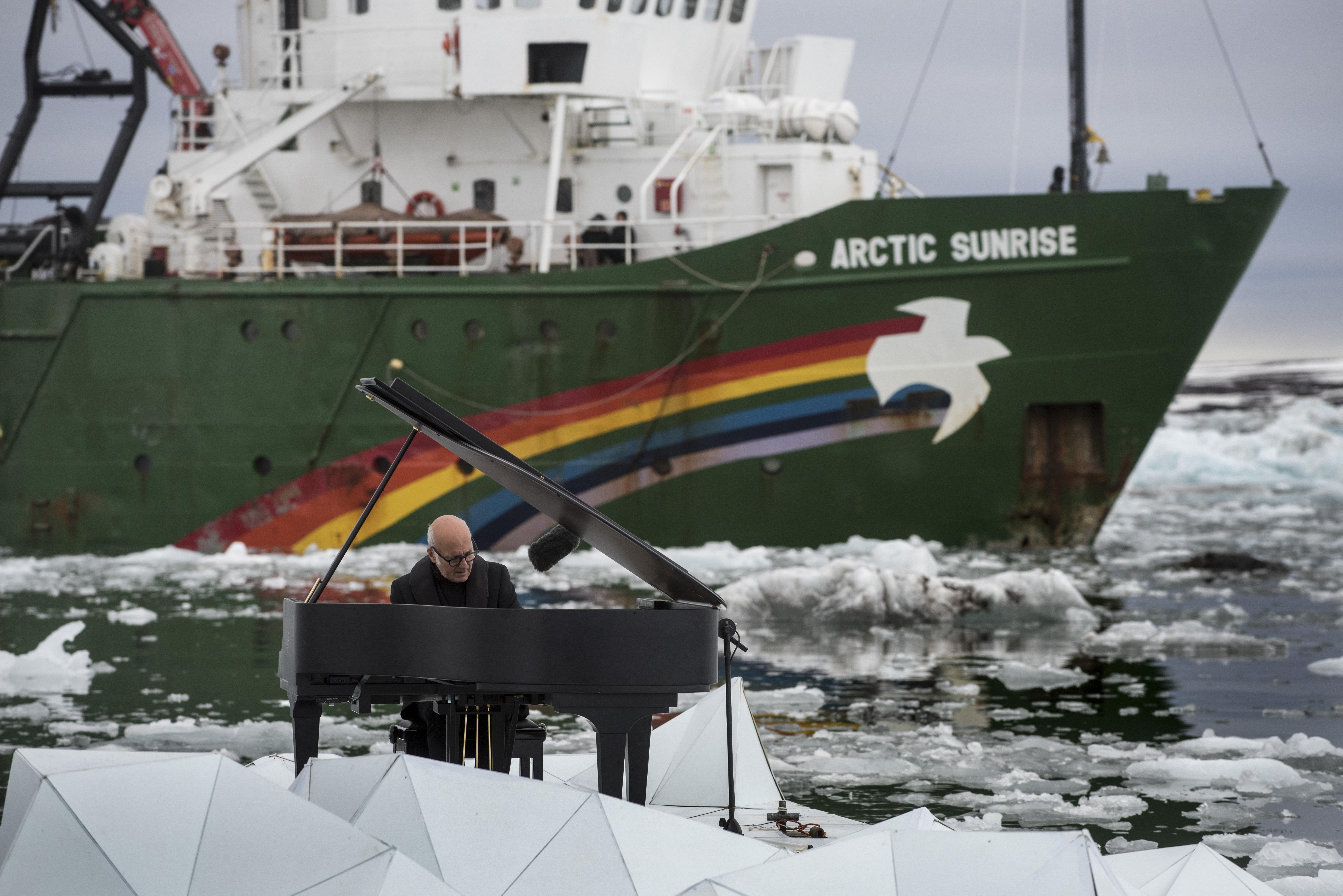 Luigi Einaudi arriva in Artico e suona il pianoforte