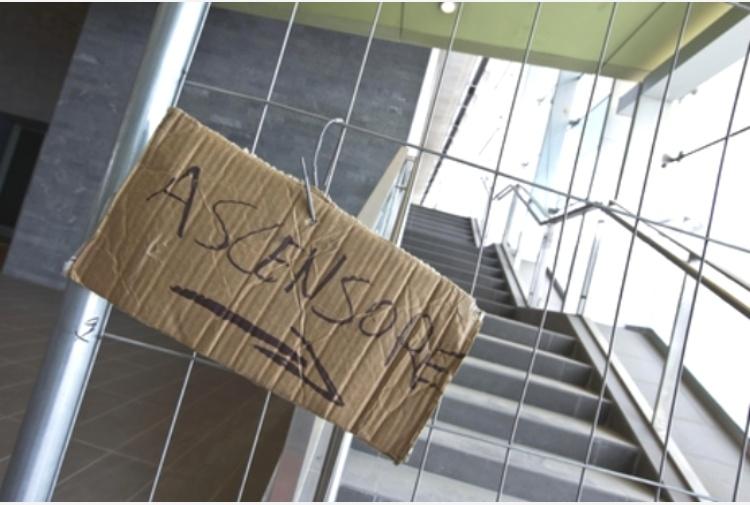 Crolla ascensore a Genova: 24enne grave