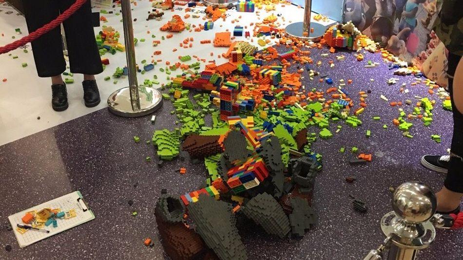 Cina, bimbo manda in frantumi scultura Lego