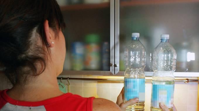 Donna incinta beve bibita contenente soda caustica