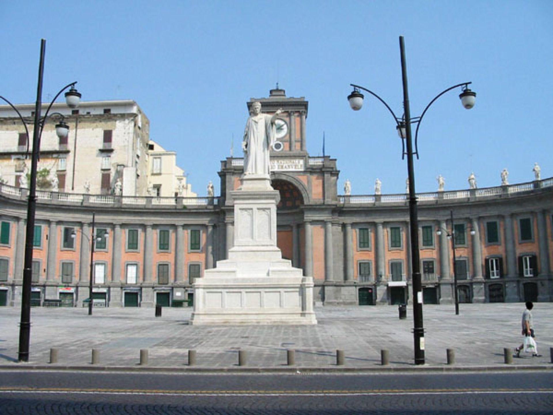 Napoli contro slot machine a Piazza Dante