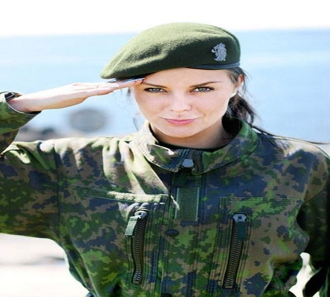 Soldatesse inglesi in prima linea: restrizione abolita