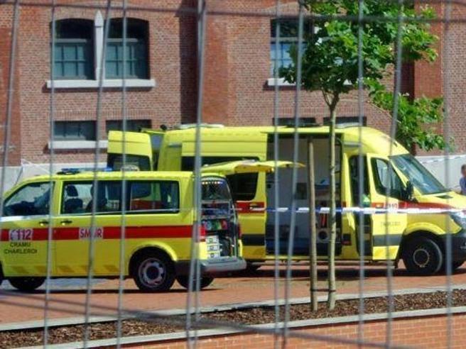 Belgio, ferisce poliziotte con machete