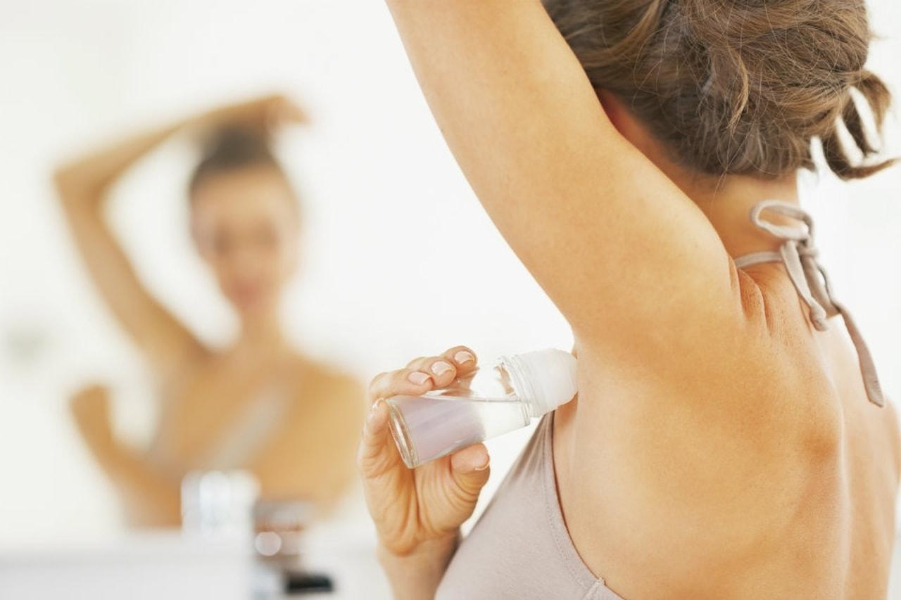 Deodoranti con sali di alluminio aumentano il rischio di tumore al seno: lo studio svizzero