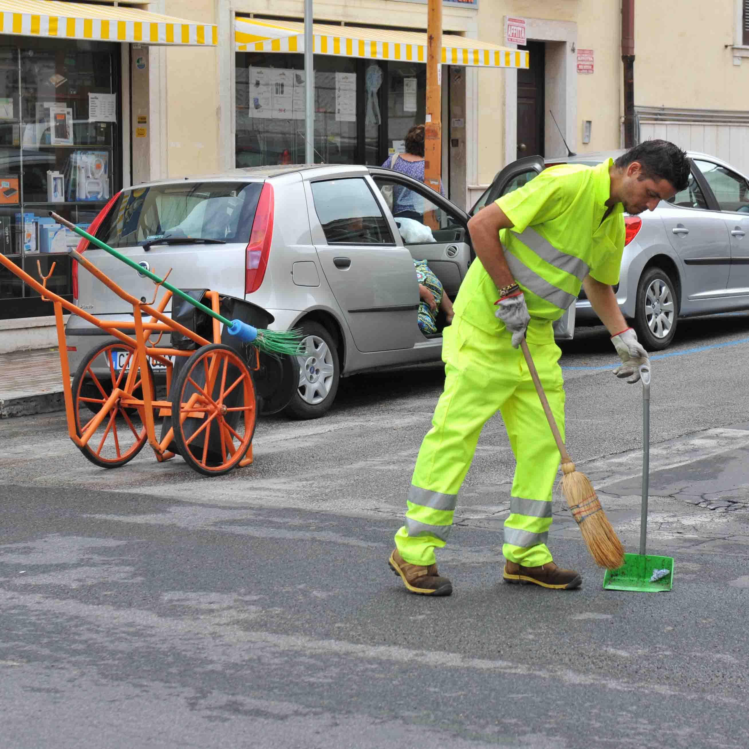 Brescia, operatore ecologico schiacciato dal suo furgone