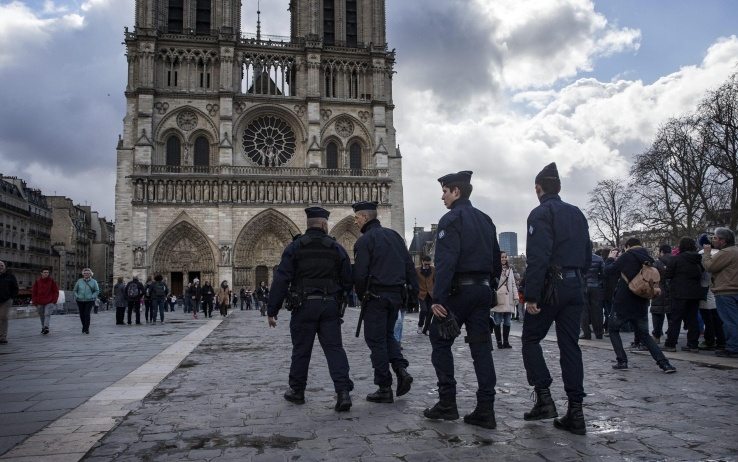 Parigi, auto piena di bombole a Notre Dame: donne arrestate
