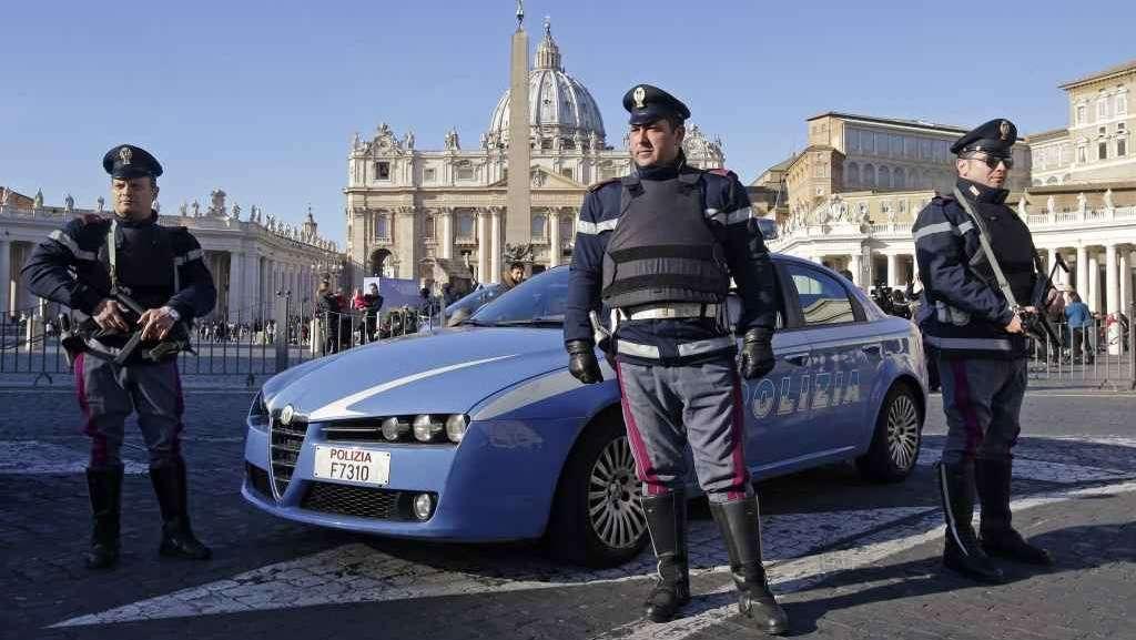 Roma, squilibrato travolge transenne ed entra in Piazza San Pietro