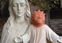 Statua restaurata in modo sconcertante: Gesù sembra Maggie