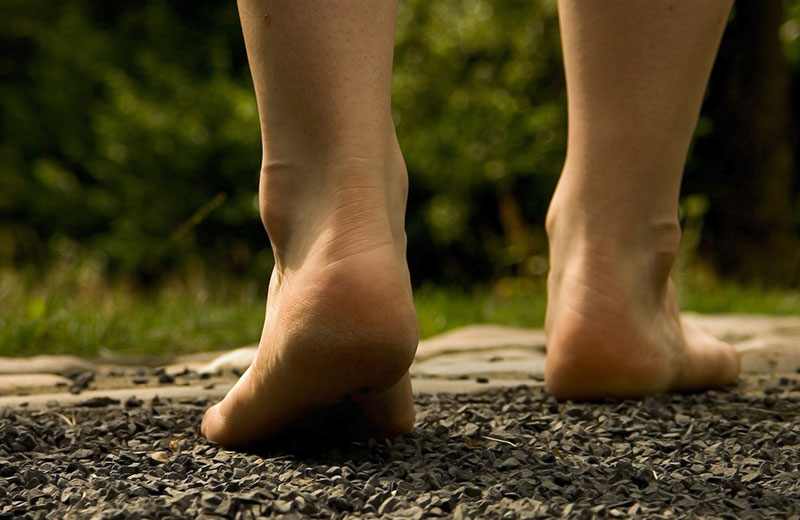 Camminare a piedi scalzi, un parassita potrebbe entrare nel corpo