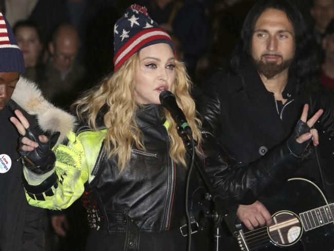 Madonna in piazza contro Trump