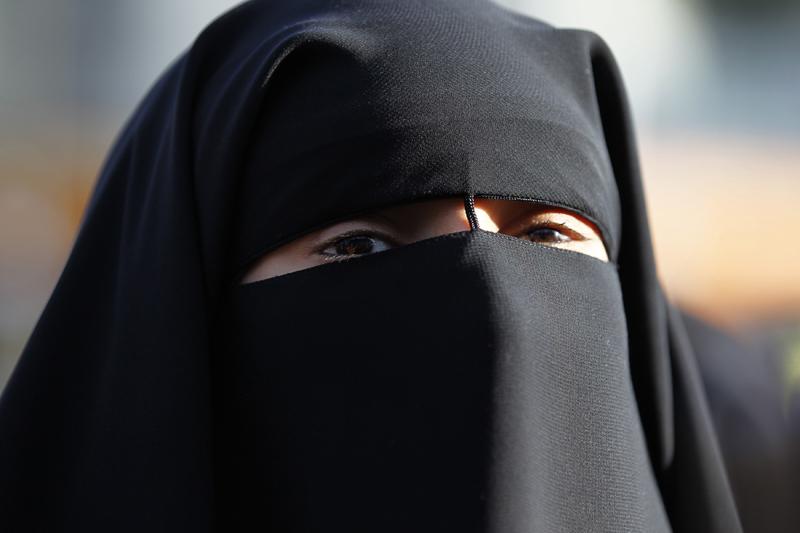 Non vuole togliersi il niqab: multa di 30.000 euro