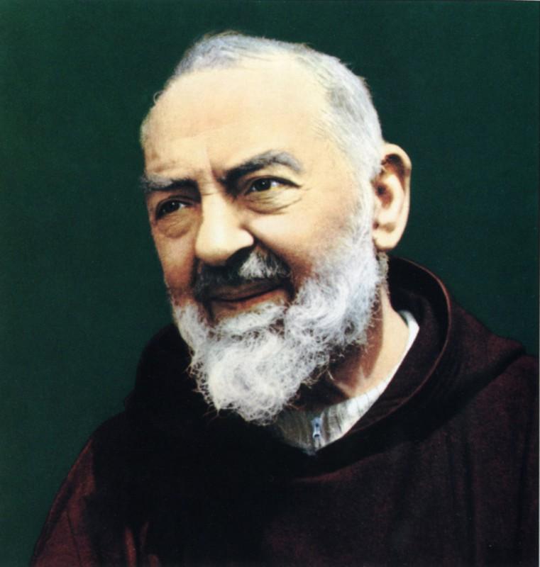 Crocifisso e immagine di Padre Pio: oggetti sacri più presenti nelle case italiane