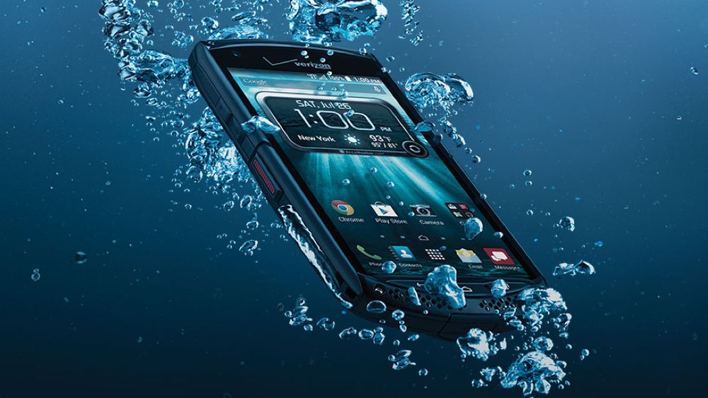 Cellulare gli cade in acqua, si tuffa e rischia di morire