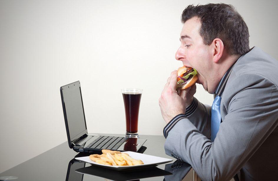 Non consumare i pasti davanti alla scrivania