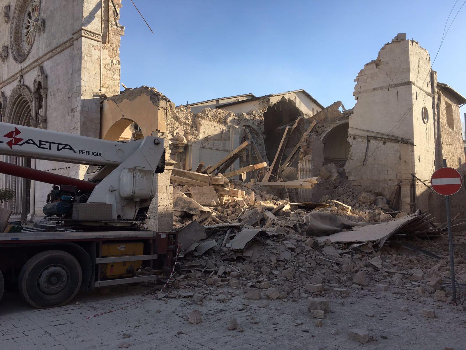Terremoto, vento forte spazza via tende terremotati