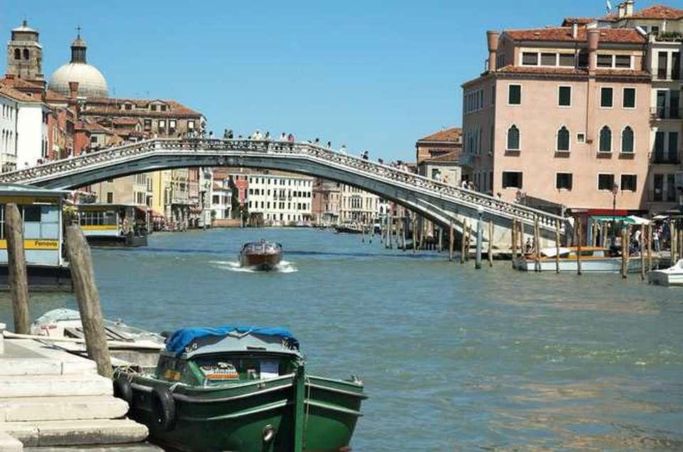 Venezia, turista giapponese fa Sup in acqua