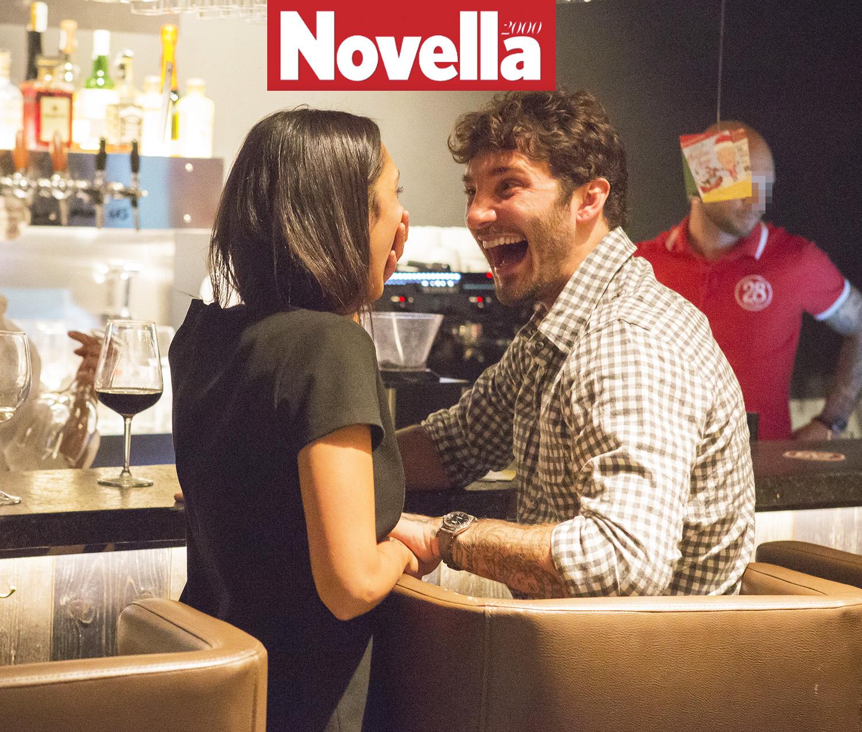 Stefano De Martino sorridente insieme a una mora a Roma