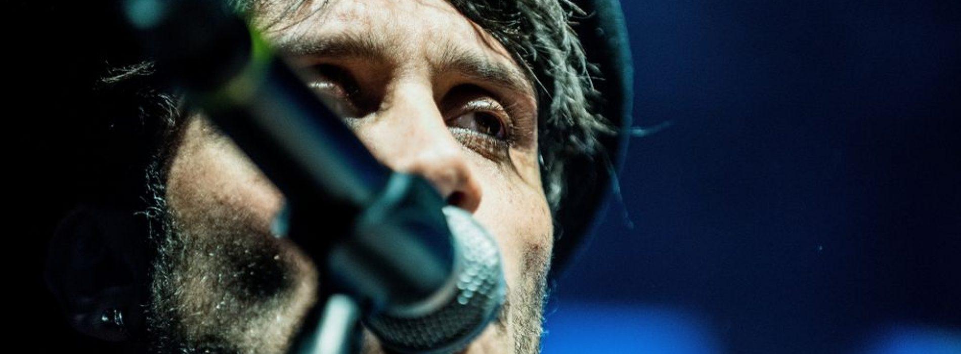 Fabrizio Moro, dopo Sanremo dona regali ai piccoli poveri