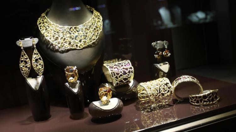 Milano, rapina alla gioielleria Gismondi: rubata collana di diamanti