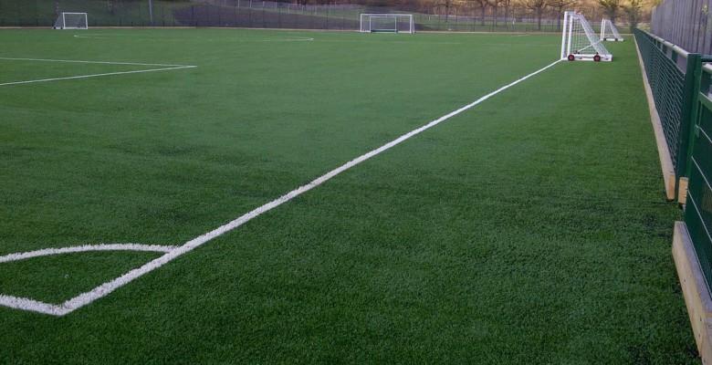 Campi di calcio con erba sintetica non sono pericolosi
