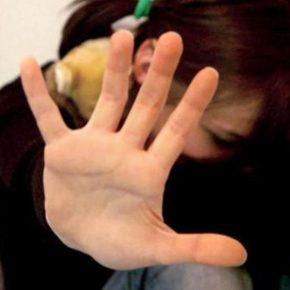 Aci Castello, 48enne violenta figlia minorenne di amici