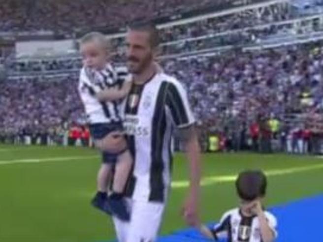 Scudetto Juventus: figlio Bonucci imbronciato alla festa dello Scudetto