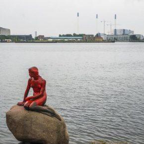 Statua della Sirenetta deturpata dagli ambientalisti