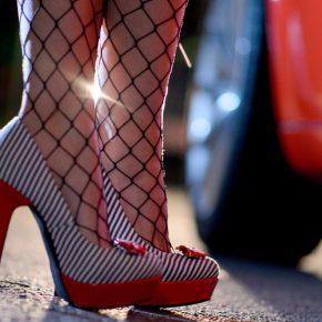 Cerca prostitute e trova la moglie: sconcerto a Napoli