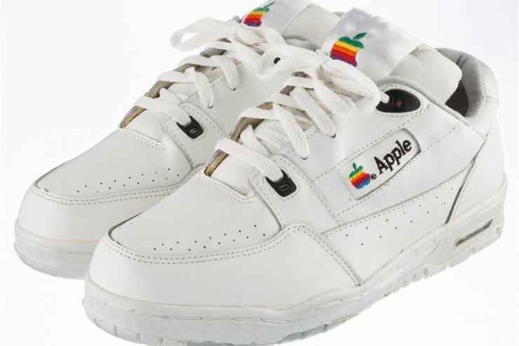 Apple, scarpe di un dipendente all'asta