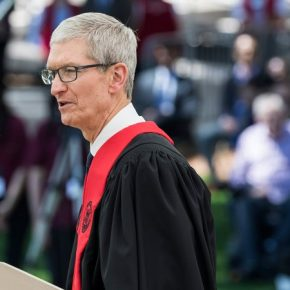 Tim Cook parla ai laureandi del MIT di Boston